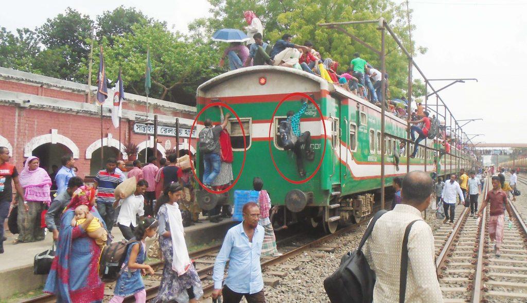 সান্তাহার স্টেশনে ঢাকাগামী ট্রেনগুলোতে মানুষের ভি